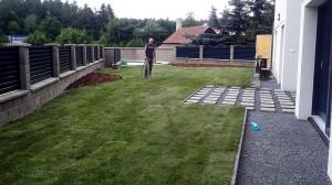 Pokládka travního koberce-W-GARDEN-Realizace zahrad0008